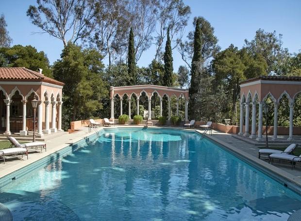 A piscina é cercada por paredes arqueadas (Foto: Jim Bartsch/ Reprodução)