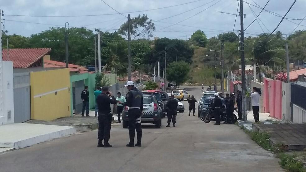 Dois homens foram presos após tentarem realizar um arrastão no conjunto Cidade Satélite, em Natal (Foto: Sérgio Henrique Santos/ Inter TV Cabugi)