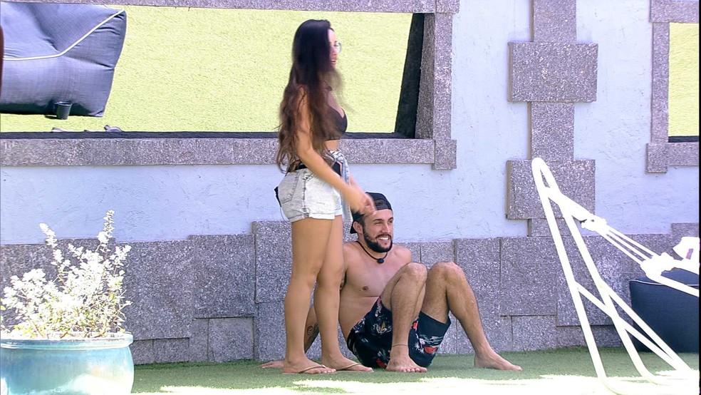 Juliette beija pescoço de Arthur e ele reage: 'Faz isso não que eu arrepio' — Foto: Globo