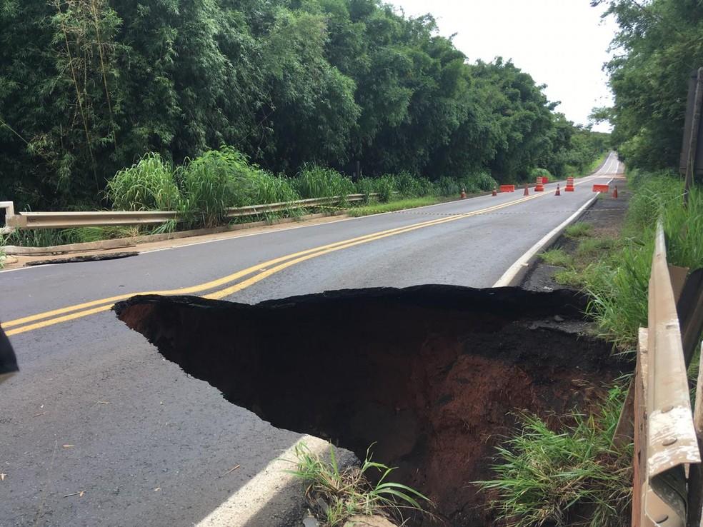 Rodovia Geraldo de Barros está interditada em São Manuel  — Foto: Vanessa Aguiar / TV TEM
