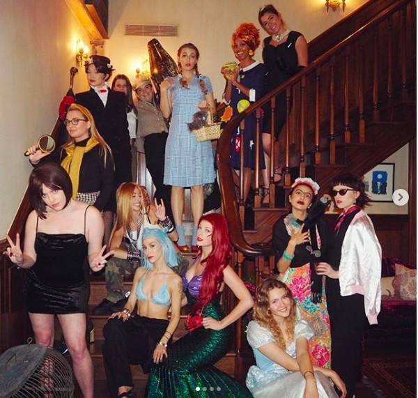 A cantora Taylor Swift vestida como a personagem Ariel do clássico A Pequena Sereia (2019) e cercada por amigas fantasiadas em sua festa de Ano Novo (Foto: Instagram)