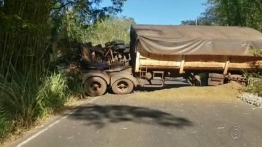Carreta carregada de laranja perde controle, tomba e 'fecha' vicinal entre Tupã e Quatá