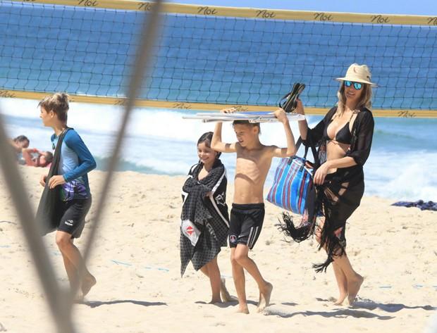 Fernanda Lima com os filhos em Ipanema (Foto: AgNews/JC Pereira)