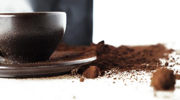 Cafés servidos na Kaffeform, copos e xícaras feitos a partir de borras de café (Foto: Divulgação)