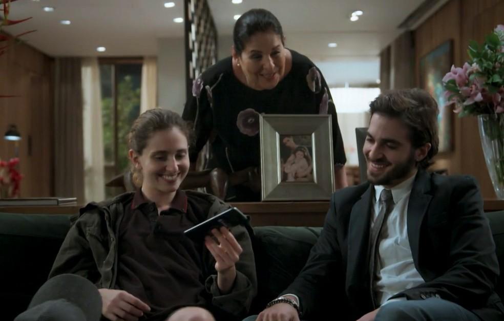 Em 'A Força do Querer', Ivana (Carol Duarte) e Ruy (Fiuk) recebem notícias dos pais. Zu (Cláudia Mello) comemora reconciliação dos patrões — Foto: Globo