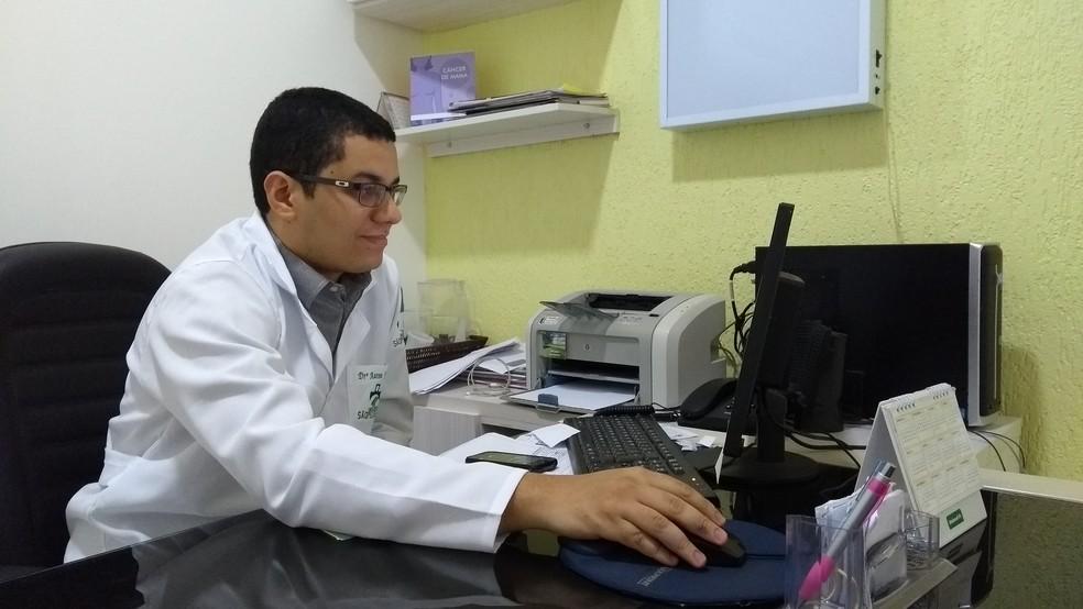 Médico oncologista clínico, Aaron Froede, fala sobre índices de câncer em Rondônia (Foto: Hosana Morais/G1)