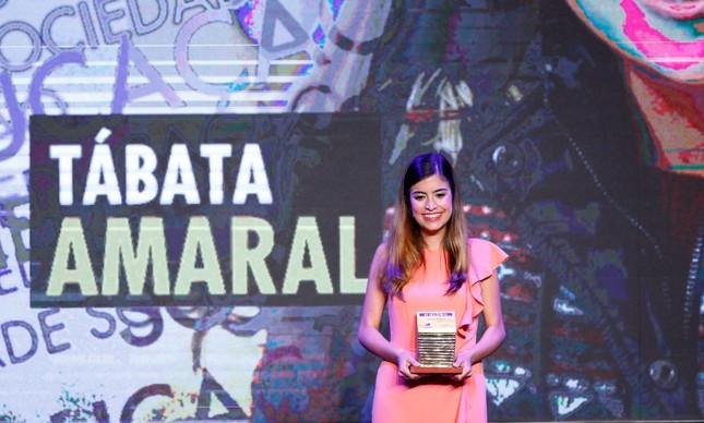 Tábata Amaral recebe o prêmio Faz Diferença