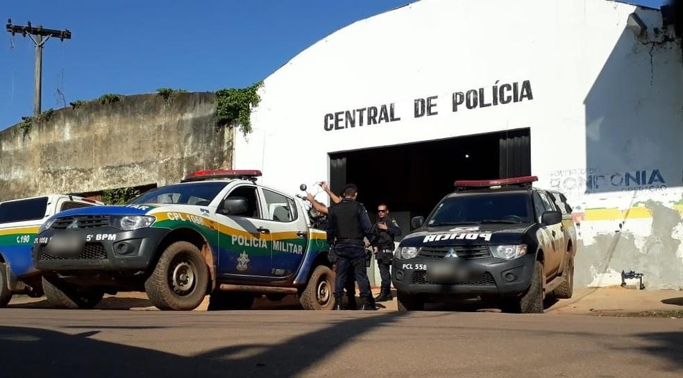 Mulher foi encaminhada à Central de Polícia de Porto Velho  — Foto: Pedro Bentes/G1