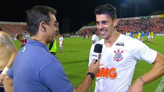 """Carille quer que Corinthians compre Danilo Avelar, que festeja boa fase e vira """"lenda"""" nas redes"""