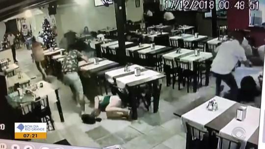 Câmeras de segurança mostram o momento em que restaurante é alvo de tiros no Litoral Norte