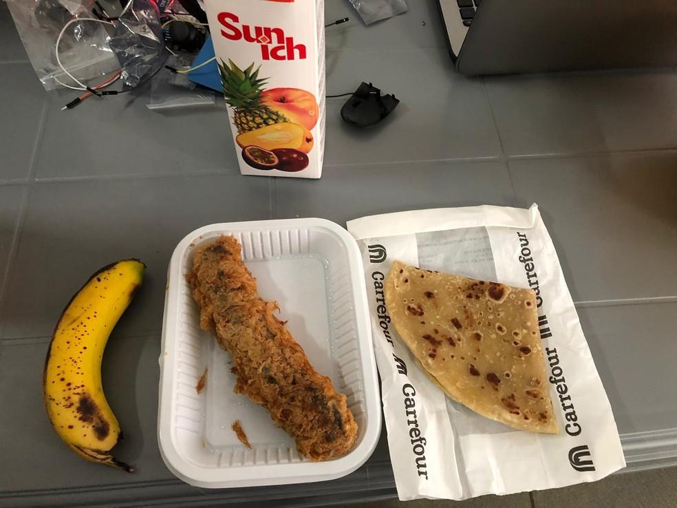 Brasileiro compartilhou alimentos com alunos africanos — Foto: Carlos Rapelli/Arquivo pessoal