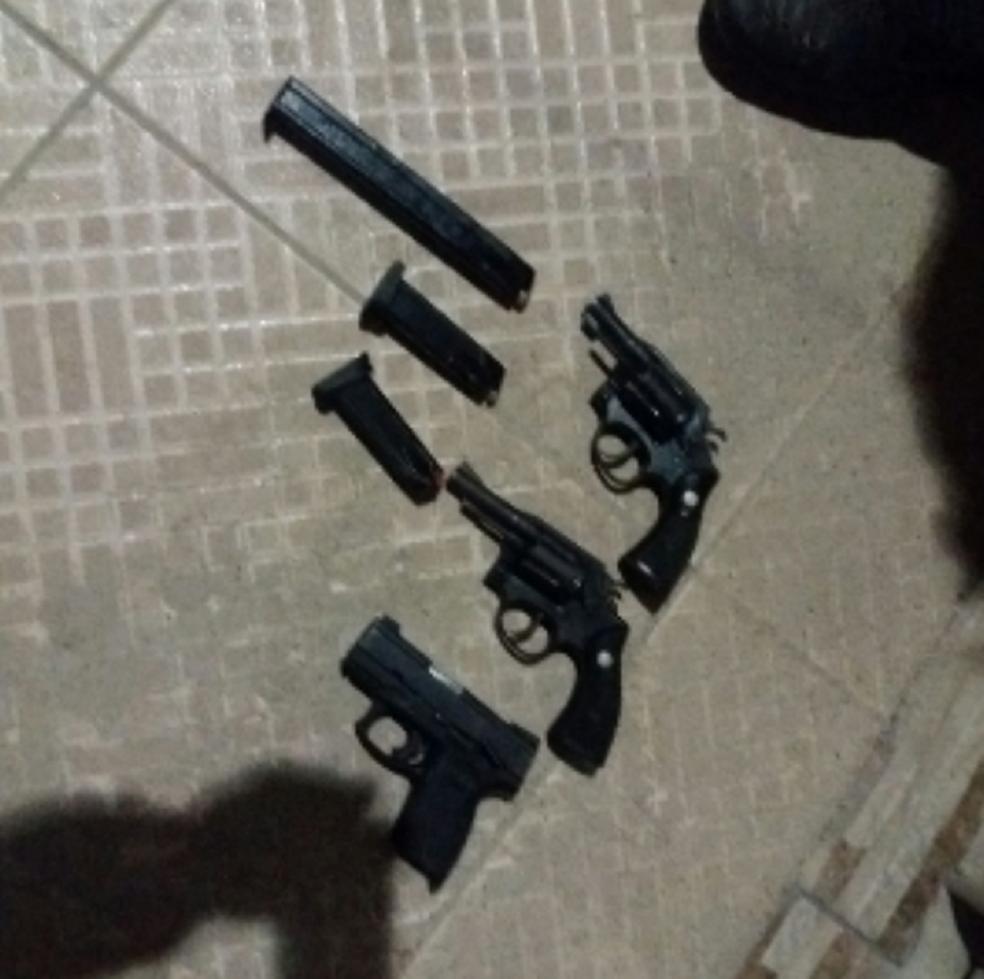 Todos foram conduzidos para o 9° DP, onde foram autuados em flagrante por associação criminosa e porte ilegal de arma de fogo.  (Foto: SSPDS/Divulgação)