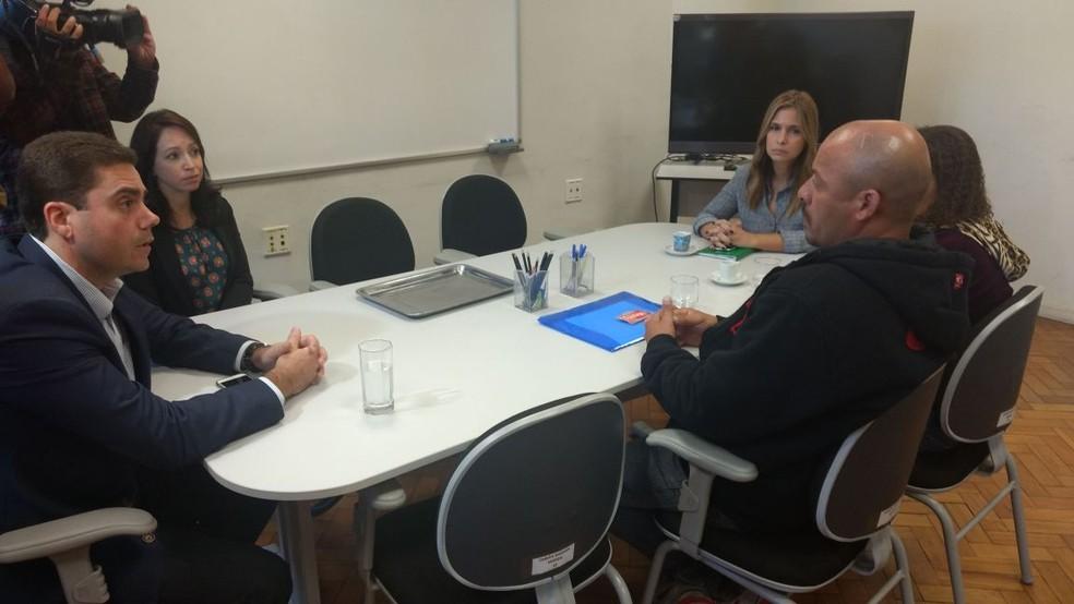 Secretário Átila A. Nunes e parentes de Vanessa se encontraram na tarde desta quarta-feira (5) (Foto: Nicolás Satriano/G1)