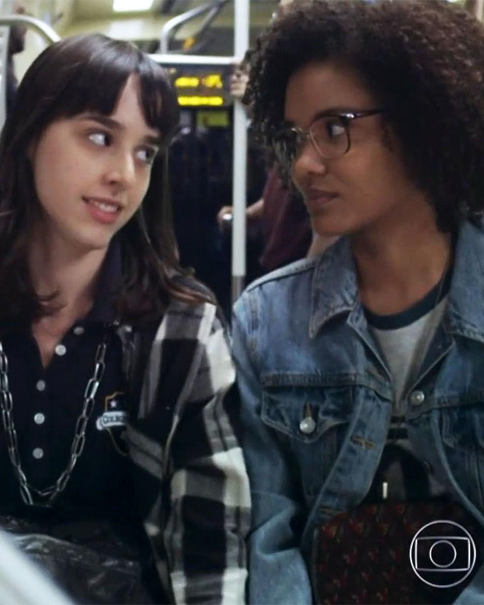 Lica (Manoela Aliperti) comemora decisão de Ellen (Heslaine Vieira) em 'Malhação - Viva a Diferença' — Foto: Globo