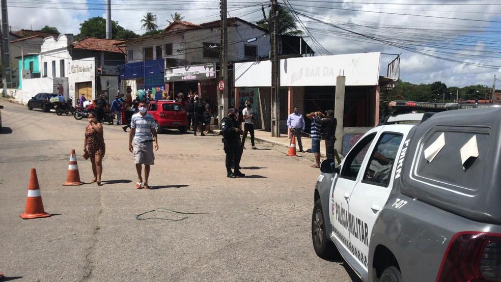 Polícia revista pessoas no bairro Passo da Pátria, em Natal, durante operação com presença do ministro da Justiça e Segurança Pública. — Foto: Geraldo Jerônimo/Inter TV Cabugi