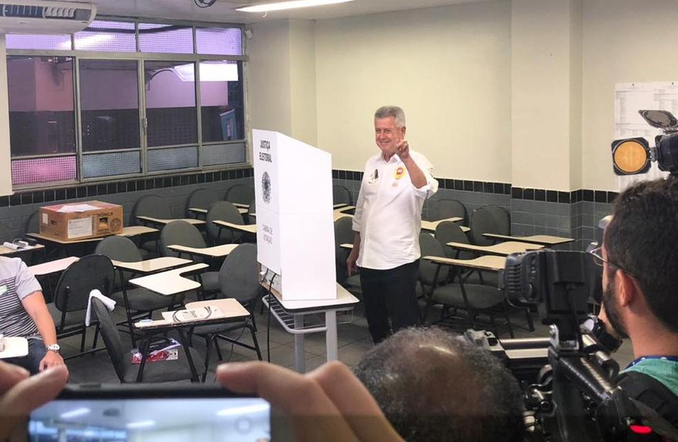 Candidato à reeleição Rodrigo Rollemberg, do PSB, vota em Brasília — Foto: Flávia Marsola/TV Globo