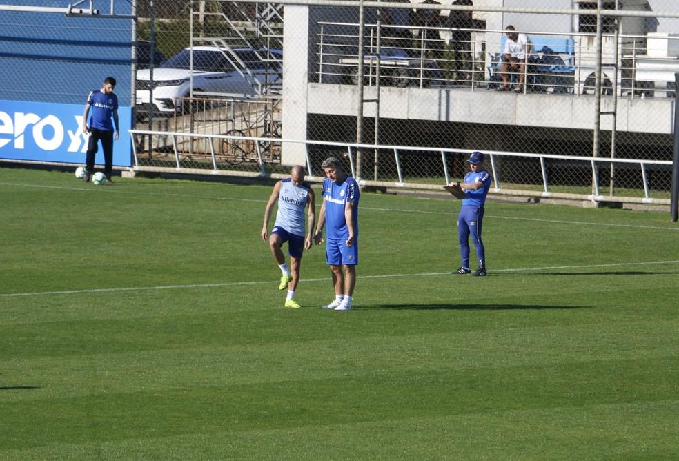 Renato tem conversa com Diego Tardelli antes do treino — Foto: Eduardo Moura