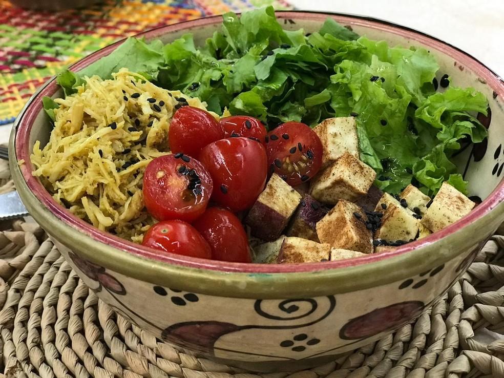 Bowl de Frango com Batata Doce e Mix de Folhas — Foto: Sonia Schneiders/Gshow