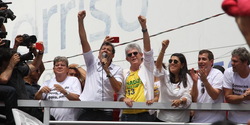 Fernando Haddad participou de caminhada pelo Centro de João Pessoa ao lado do governador da Paraíba, Ricardo Coutinho, e do governador eleito, João Azevedo  — Foto: André Resende/G1