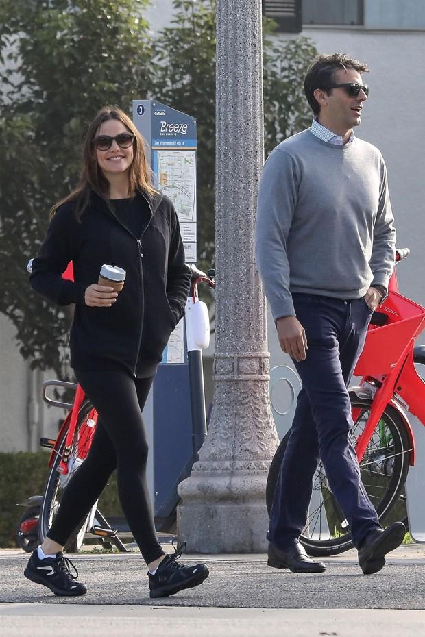 Jennifer Garner é clicada com homem pelas ruas de Santa Monica, na Califórnia (Foto: Grosby Group)