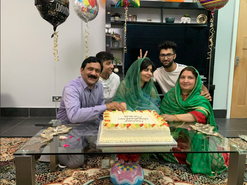 Malala Yousafzai e sua família comemoram formatura em Oxford, em 19 de junho de 2020 — Foto: Reprodução/Twitter