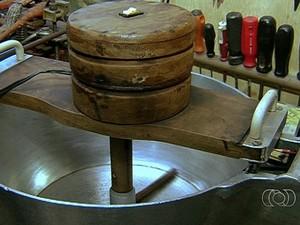 João da Silva Garrote inventou máquina que mexe sozinha doce em panela, em Goiânia, Goiás (Foto: Reprodução/TV Anhanguera)