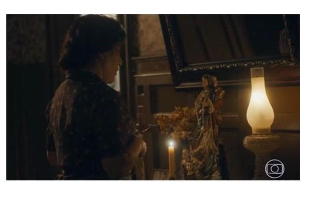 Gloria Pires elege cena de comoção após morte de Carlos (Danilo Mesquita): 'Lola briga com a santa, de quem ela era devota'.  (Foto: Reprodução/Globo)