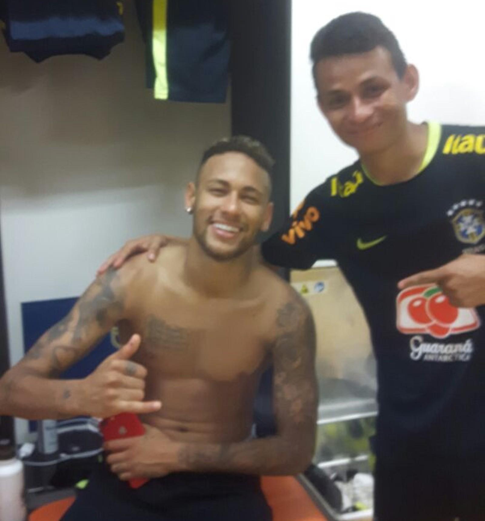 6da3971592 Neymar dá cueca usada de presente a