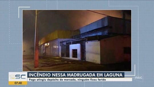 Bombeiros combatem incêndio em depósito de supermercado em Laguna; VÍDEO