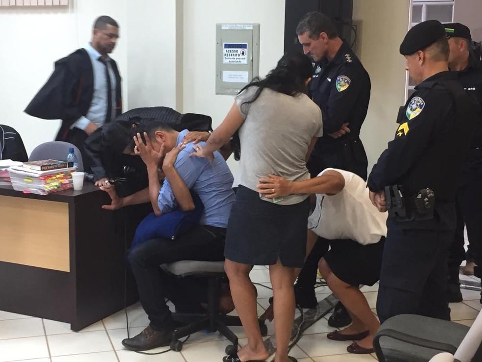 Ismael (camisa azul) chorou após ouvir sentença em Cerejeiras.  — Foto: Renato Barros/Rede Amazônica