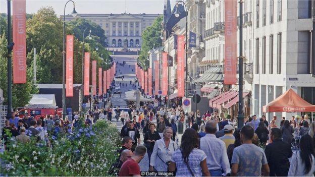 A população de Oslo cresceu a taxas recordes durante o início dos anos 2000, tornando-se a metrópole que cresce mais rapidamente na Europa (Foto: Getty Images via BBC)