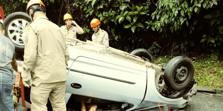 Batida entre dois carros deixa oito pessoas feridas na BR-101, em Angra dos Reis - Notícias - Plantão Diário