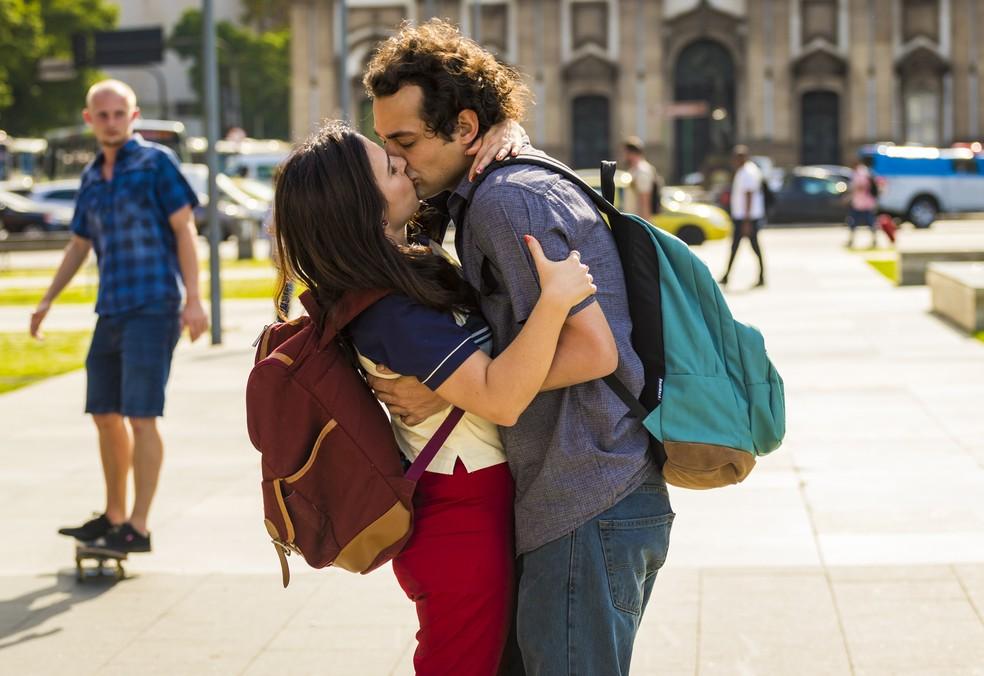 Rita e Enzo, personagens de Tatá Werneck e Eduardo Sterblicth vivem romance na série 'Shippados' — Foto: Paulo Belote/TV Globo