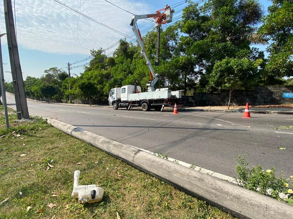 Poste na Av Nathan Xavier, em Manaus, deve ser substituído após acidente por volta das 5h deste domingo (2) — Foto: Carolina Diniz/G1AM