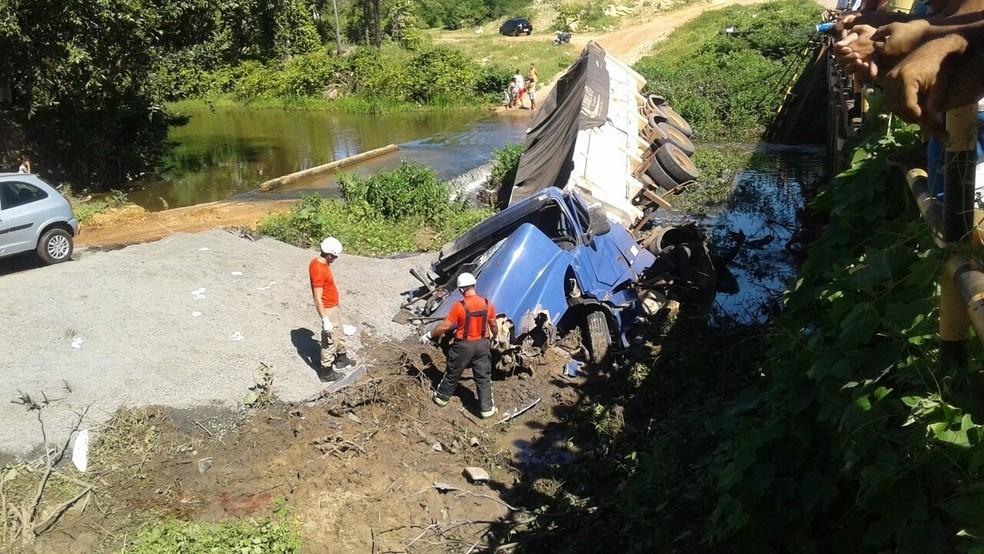 Acidente aconteceu na RN-405, sobre uma ponte. Caminhão e moto caíram no Rio do Carmo, que está com o nível de água baixo (Foto: Renato Medeiros)