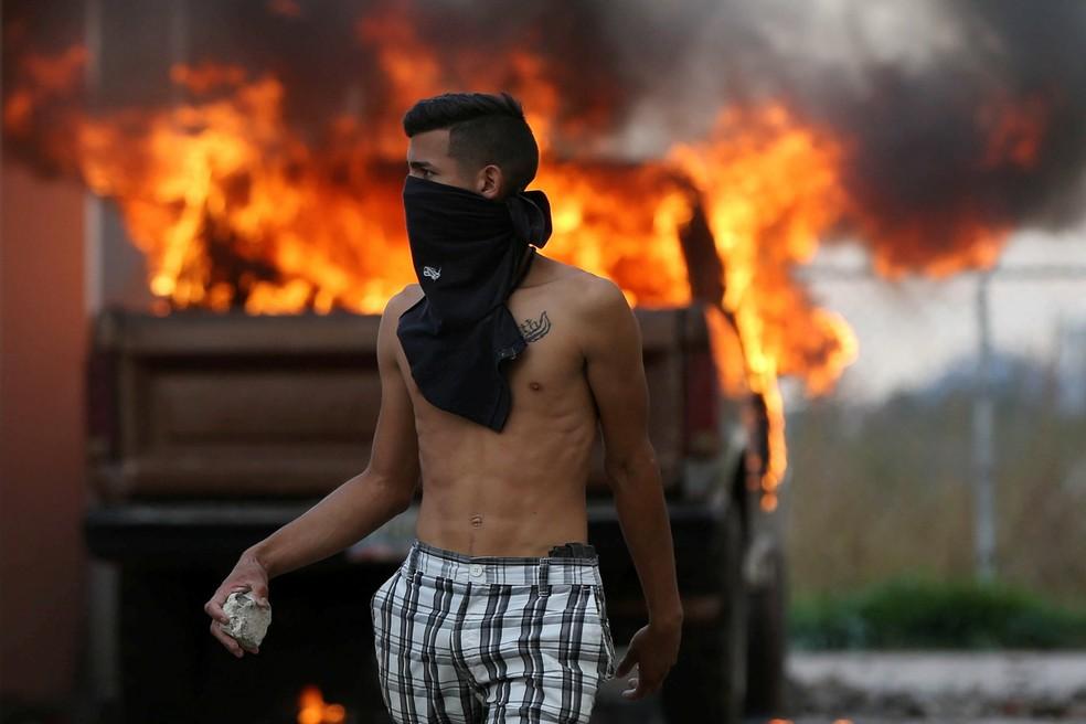 Manifestantes atacam base do exército venezuelano na fronteira com o Brasil — Foto: Bruno Kelly/Reuters