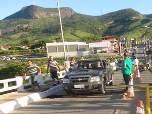 Passagem de carros e de pedestres está bloqueada deste a terça-feira (13). (Foto: Fotos/DER-MG)