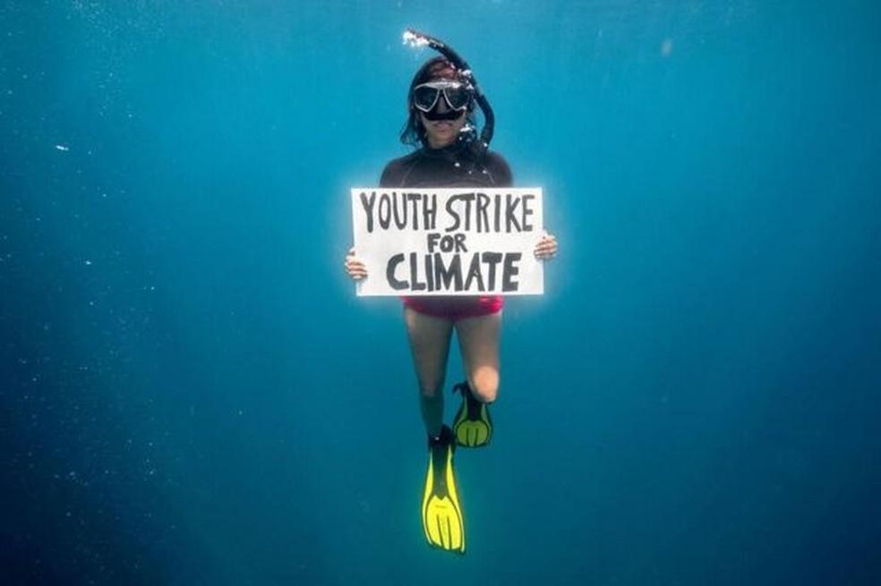 Shaama Sandooyea realizou a primeira 'greve' subaquática do mundo em março — Foto: TOMMY TRENCHARD/ GREENPEACE