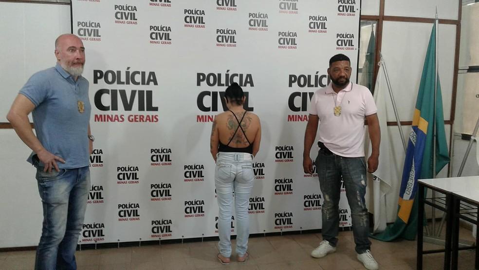 Suspeita de matar policial civil aposentado se apresenta à Polícia (Foto: Fellype Alberto/G1)