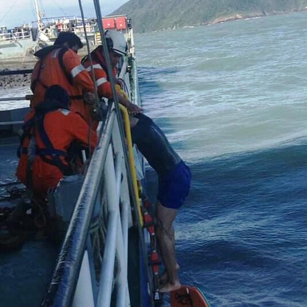 Tripulantes de navio socorrem surfista no acesso ao Porto de Santos, SP — Foto: Divulgação/Corpo de Bombeiros