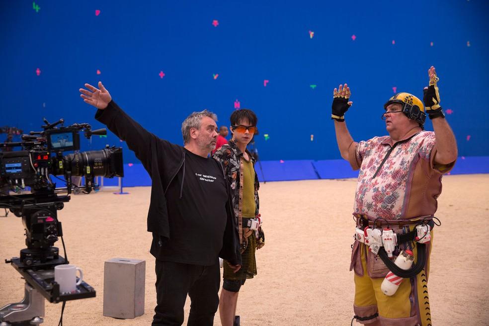 Set de 'Valerian e a Cidade dos Mil Planetas'; a partir da esquerda: o diretor Luke Besson e os atores Dane DeHann e John Goodman (Foto: Divulgação)