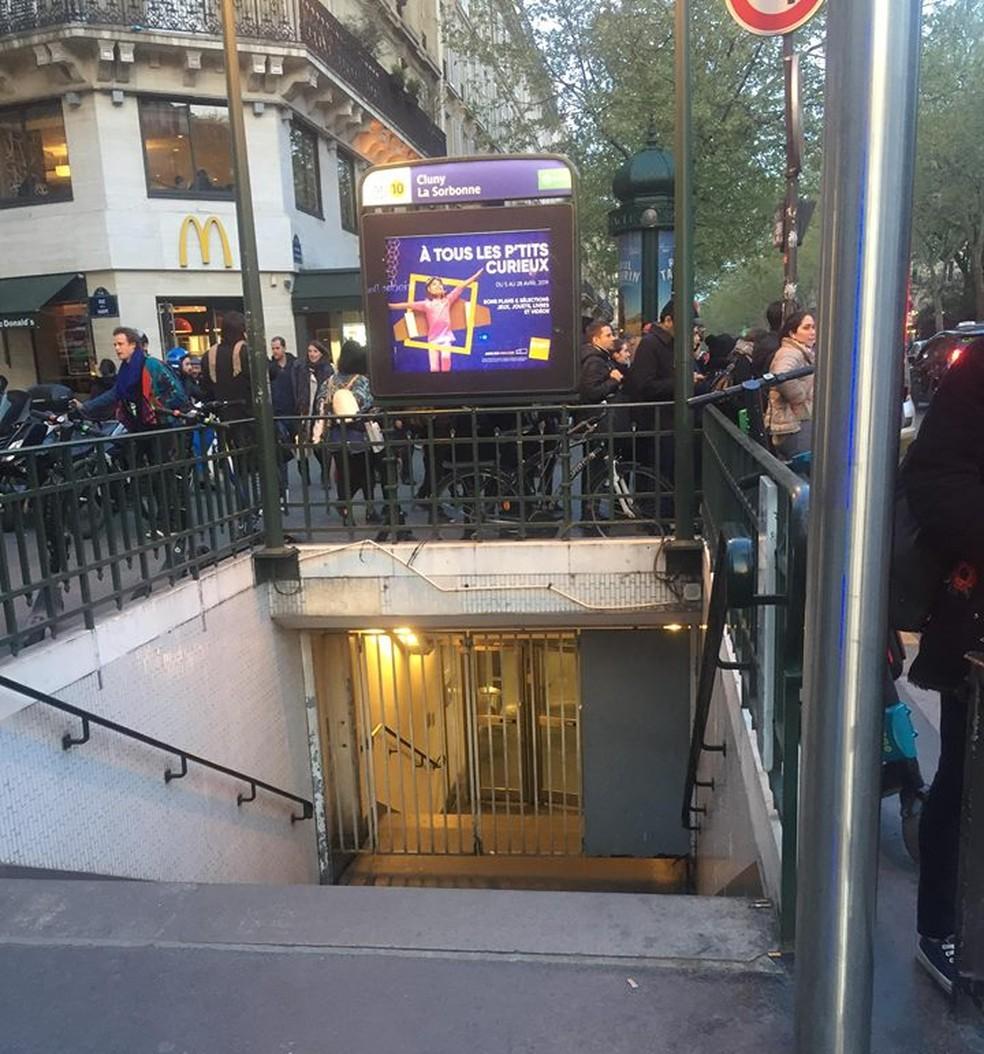 Estação do metrô Cluny-La Sorbonne, próximo à Catedral Notre-Dame, ficou fechada durante as operações de combate ao incêndio — Foto: Nadia Batista/Arquivo pessoal