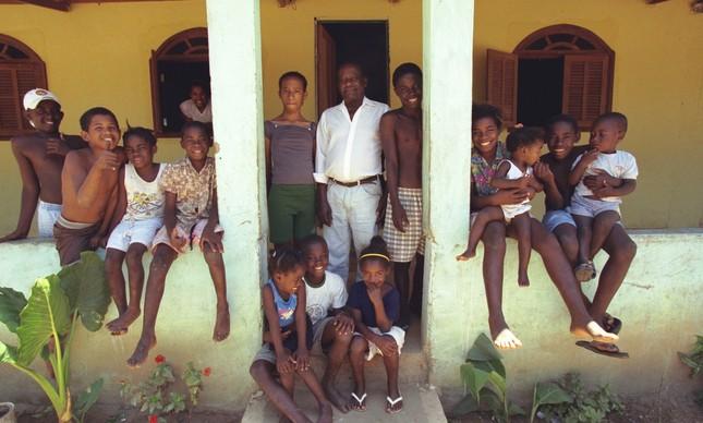 Família que recebeu título de propriedade em área de antigo quilombo, na Praia Rasa, em 2000