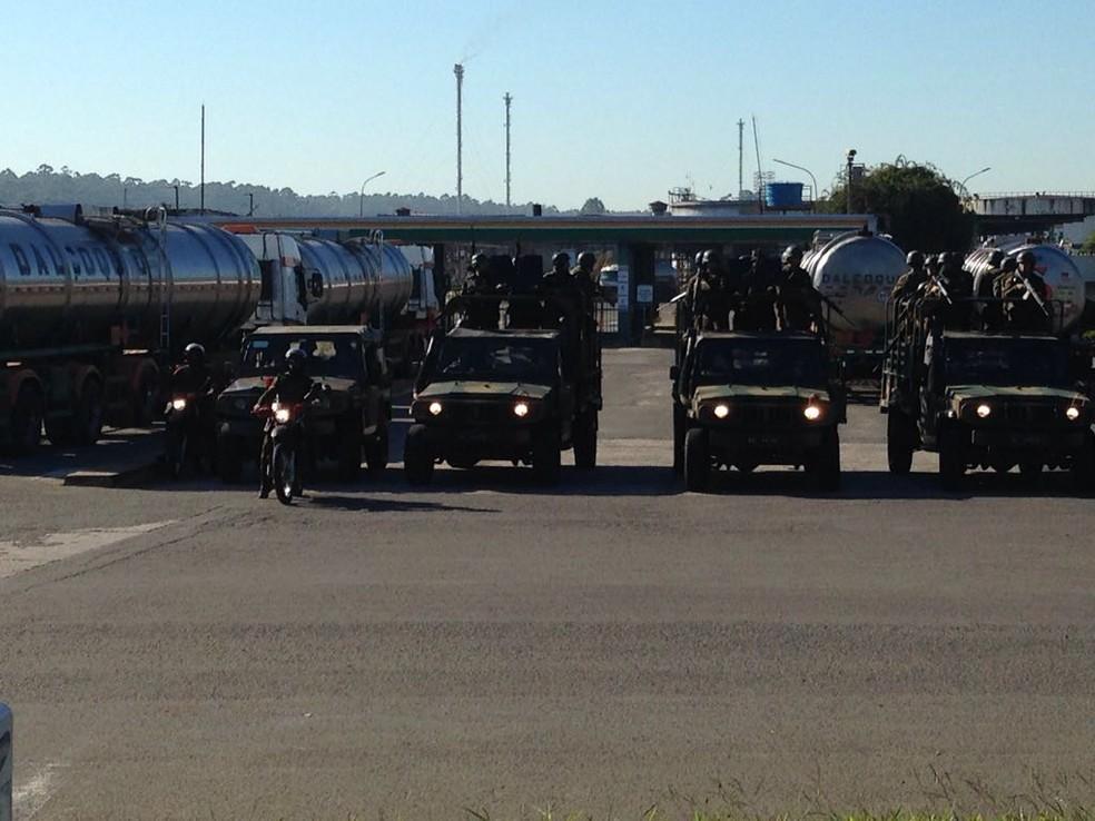 Exército escolta caminhões com combustível na saída da Refap, em Canoas (Foto: Josmar Leite/RBS TV)