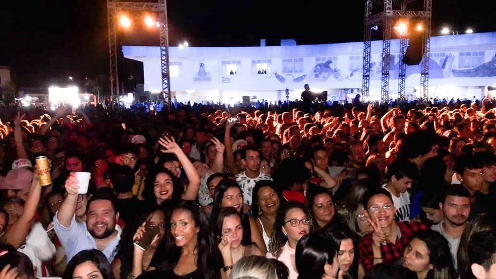 Muitos fãs compareceram ao show surpresa realizado por Marília Mendonça em Natal — Foto: Heloísa Guimarães/Inter TV Cabugi