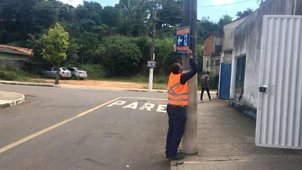 Agente da Prefeitura de São Gonçalo do Rio Abaixo arruma placa vandalizada. — Foto: Divulgação/Prefeitura de São Gonçalo do Rio Abaixo