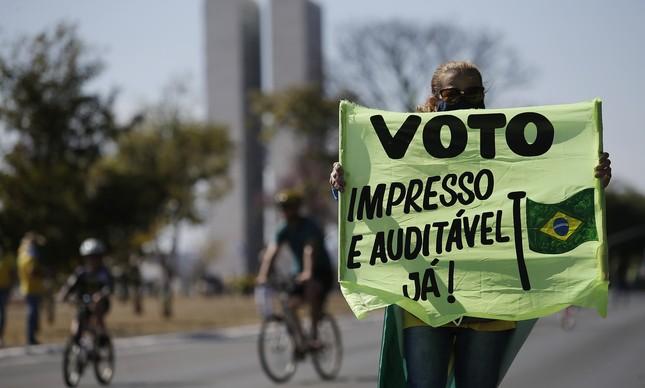 Manifestante com cartaz pelo voto impresso em protesto em Brasília