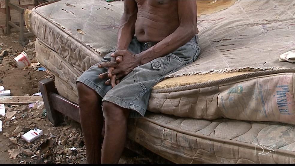 Raimundo Vieira vivia em colchão velho e sujo (Foto: Reprodução/TV Mirante)