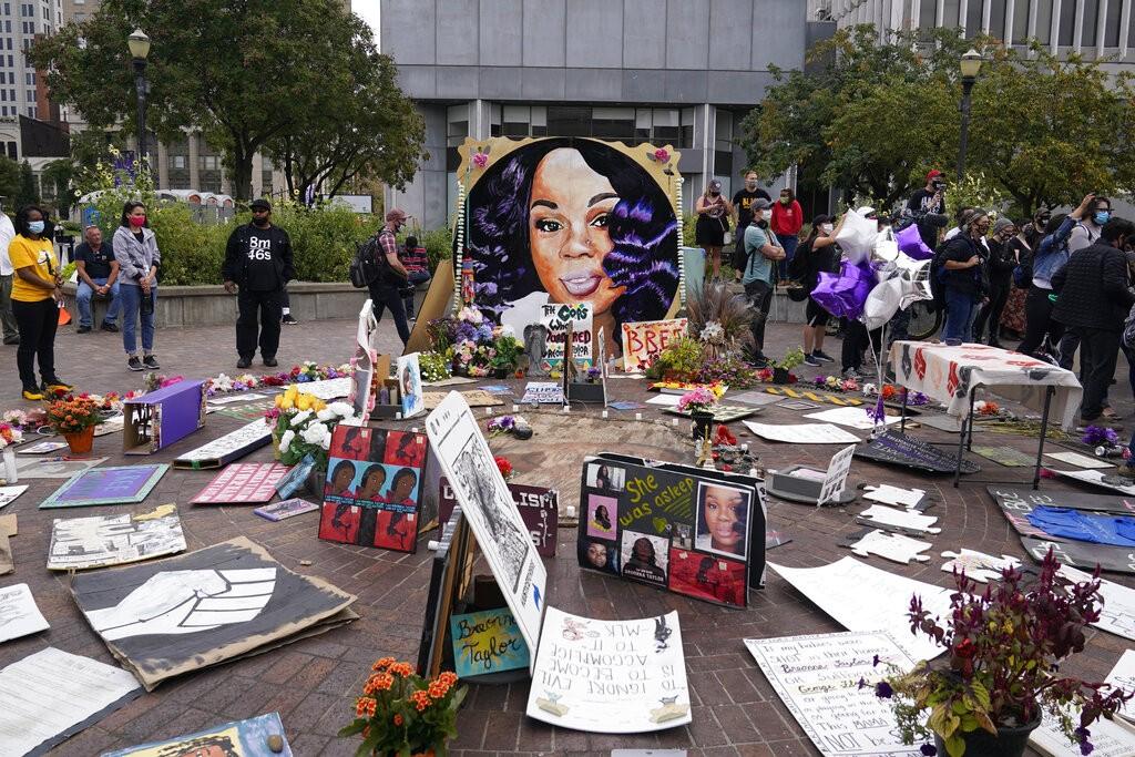 Policial envolvido em morte de Breonna Taylor responderá por colocar vizinhos em perigo, decide júri dos EUA