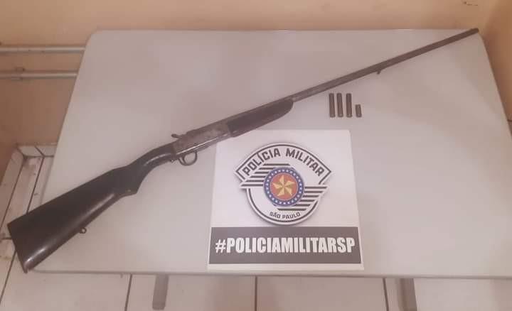 Após desentendimento, homem é preso pela PM com espingarda e munições em Paulicéia